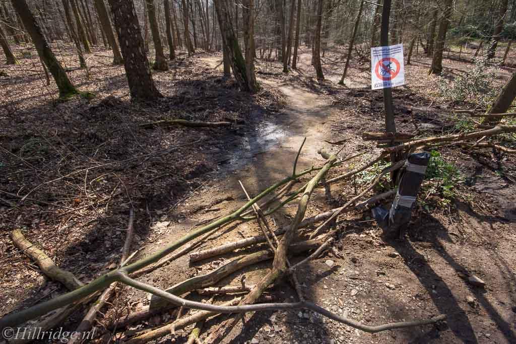 Dagbeeld/5: Losloophonden vs crossfietsers
